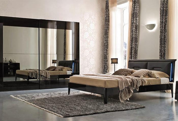 Портьеры в сочетании с гардинами на высоких окнах в спальне