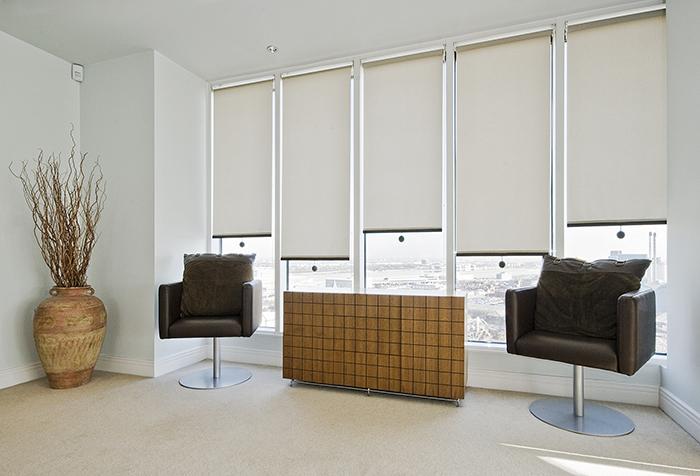 Рулонные шторы на панорамном окне