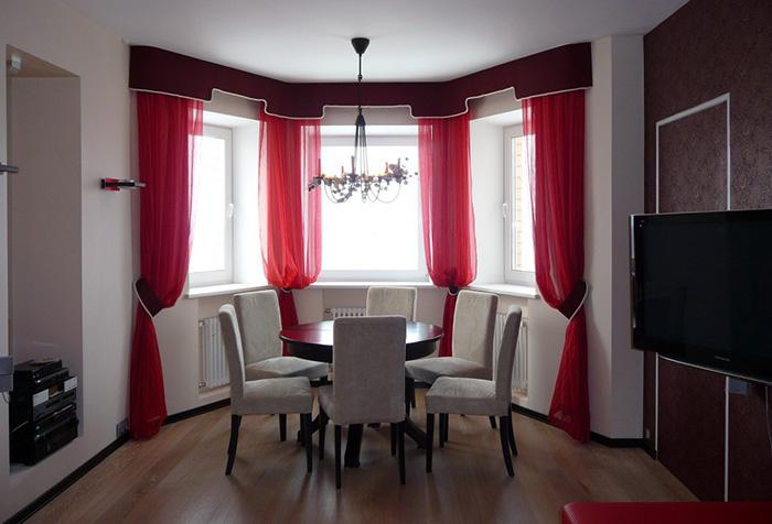 Красные шторы в столовой с эркером