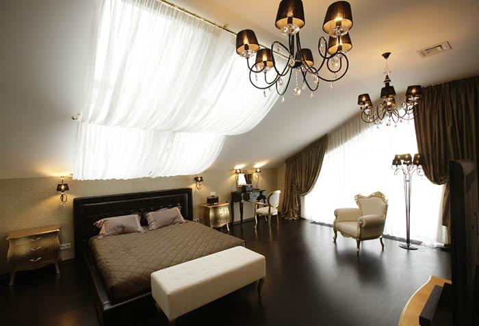 Занавески из вуали в интерьере мансардной спальни