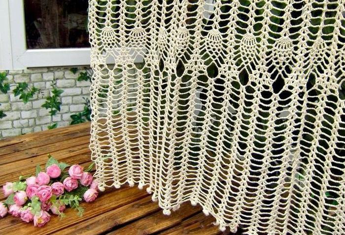 Фрагмент вязаной занавески
