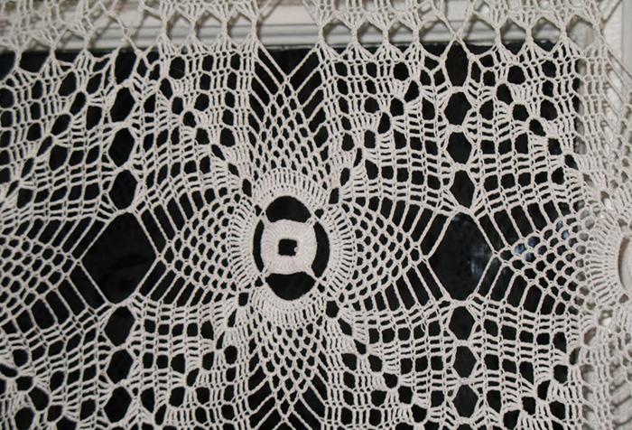 Фрагмент ажурной вязаной шторы