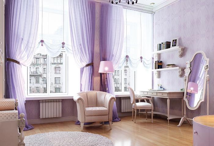 Легкие сиреневые гардины в спальне