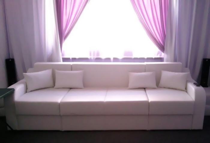 Фрагмент интерьера гостиной со шторами сиреневого цвета