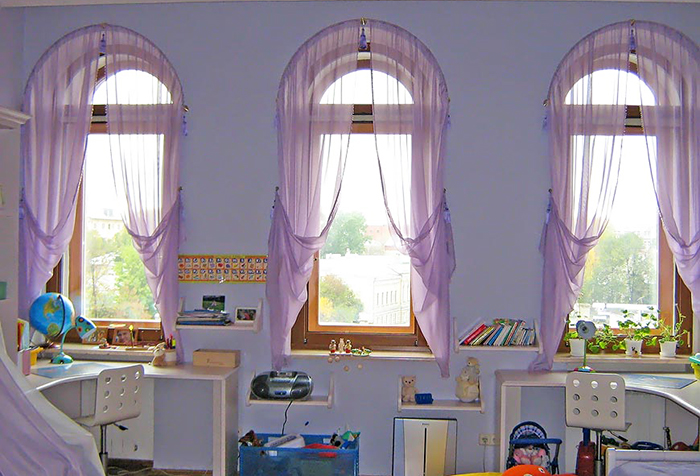 Сиреневая вуаль на окнах в детской