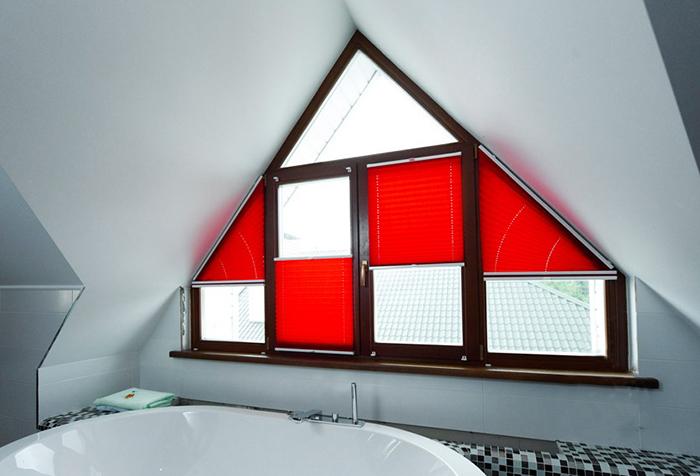 Шторы плиссе на нестандартное окно в современной ванной