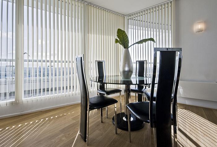 Светлые вертикальные жалюзи в современной столовой
