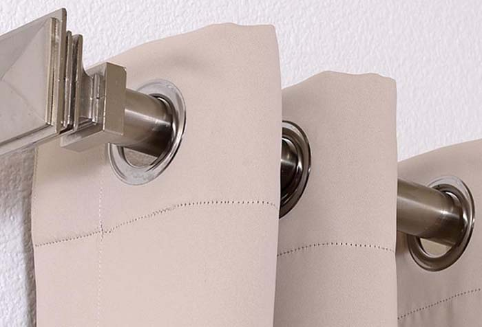 Светлая портьера из ткани блэкаут на люверсах