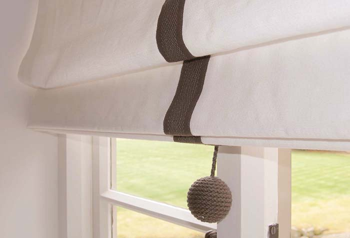 Сдержанный декор римской шторы
