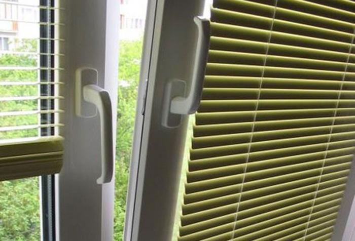 Горизонтальные жалюзи с направляющей леской на створке пластикового окна