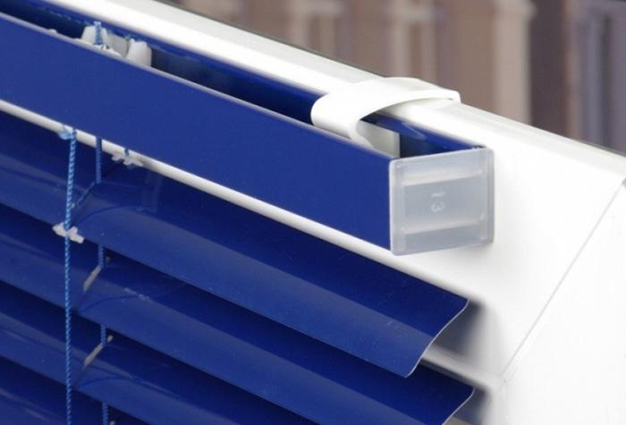 Установка горизонтальных жалюзи на створку пластикового окна