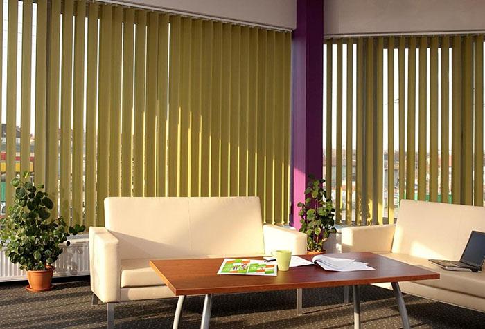 Вертикальные жалюзи в интерьере с панорамными окнами