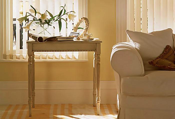 Вертикальные жалюзи в классической гостиной