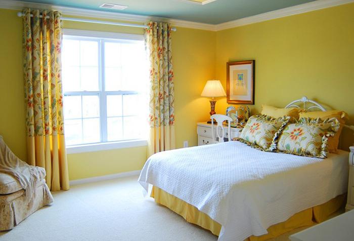 Спальня в желтых тонах с длинными шторами
