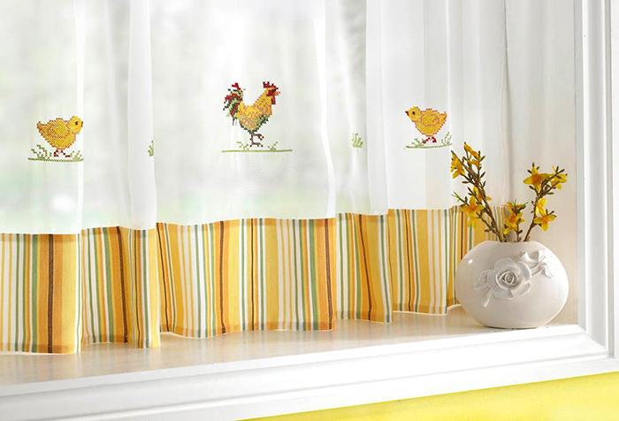 Шторы на кухню с отделкой желтого цвета