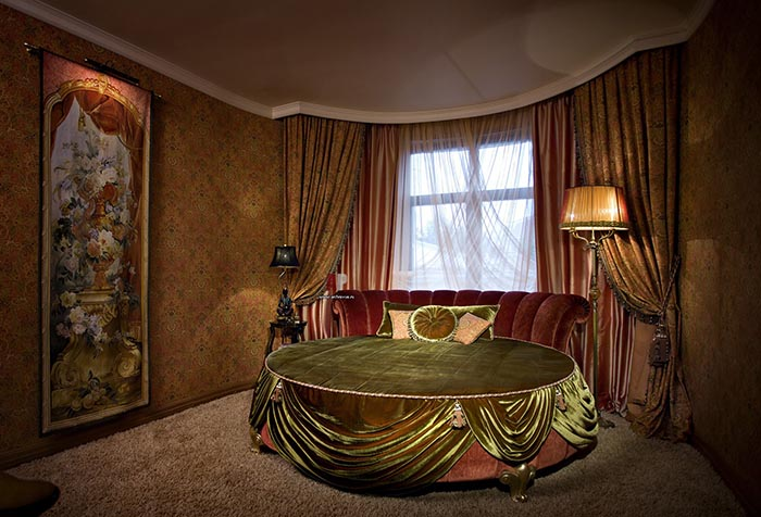 Бархатные портьеры в спальне в стиле модерн