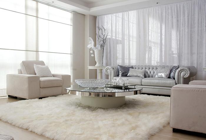 Тюль белого цвета в интерьере гостиной