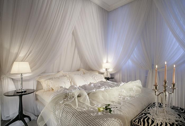 Декор из белой вуали в спальне