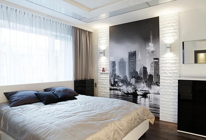 Легкая белая гардина и шелковые портьеры в спальне