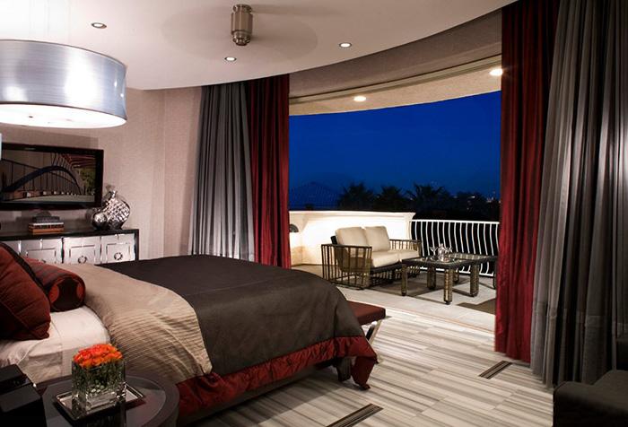 Бордовый текстиль в интерьере спальни