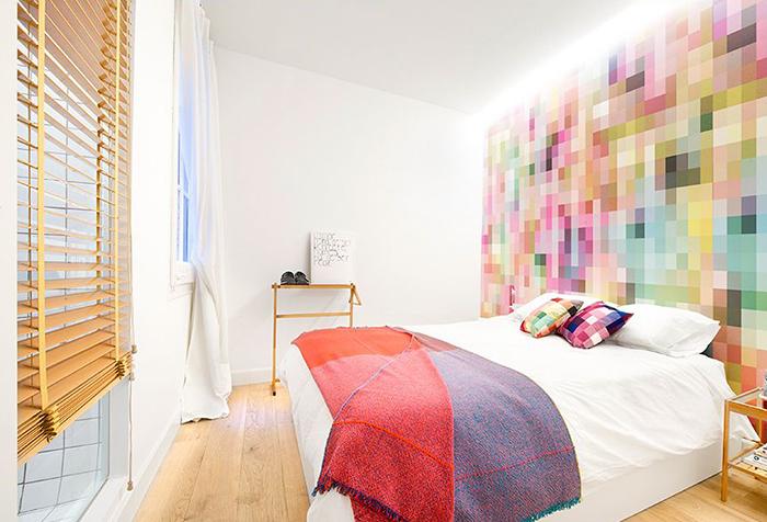 Деревянные жалюзи в современной спальне