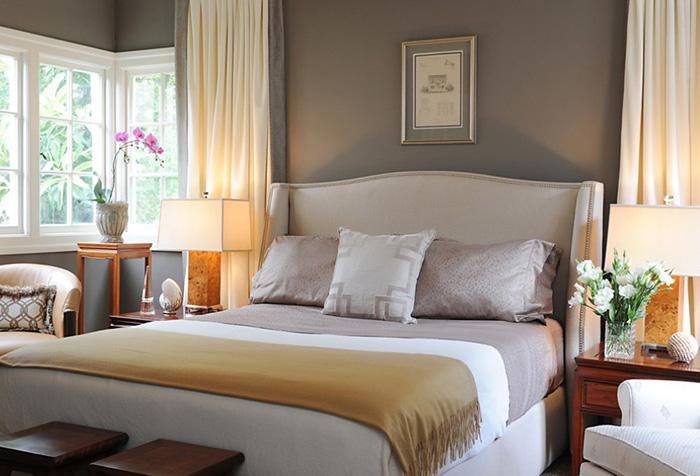 Двухцветная портьера в спальне
