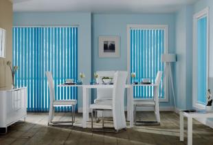 Как украсить помещение с помощью голубых штор?