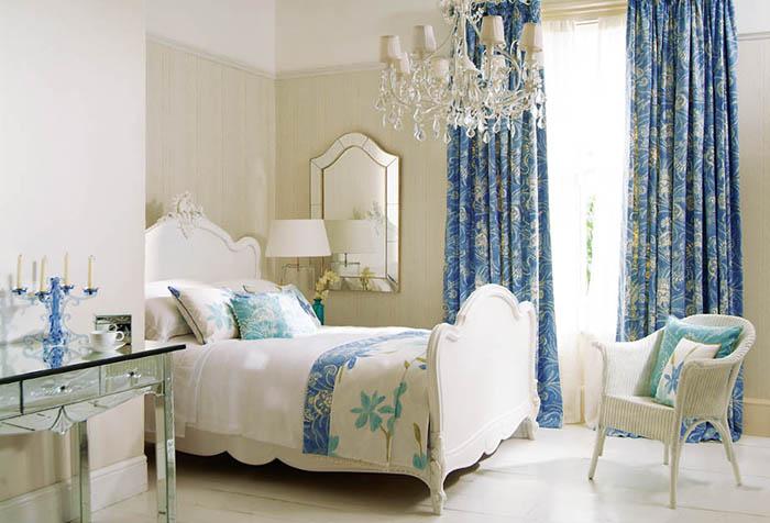 Голубые портьеры с рисунком с спальне