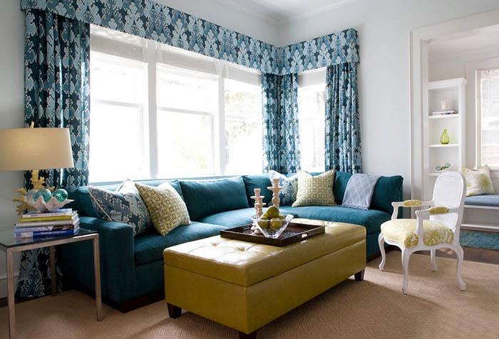 Голубые портьеры с жестким ламбрекеном в гостиной