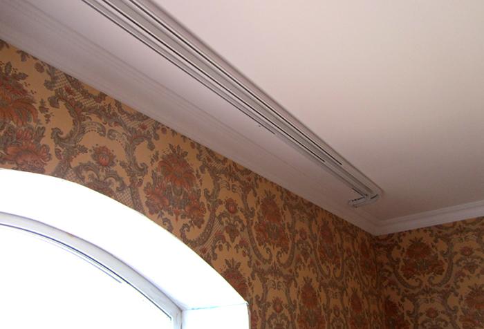 Закругленный потолочный карниз для штор