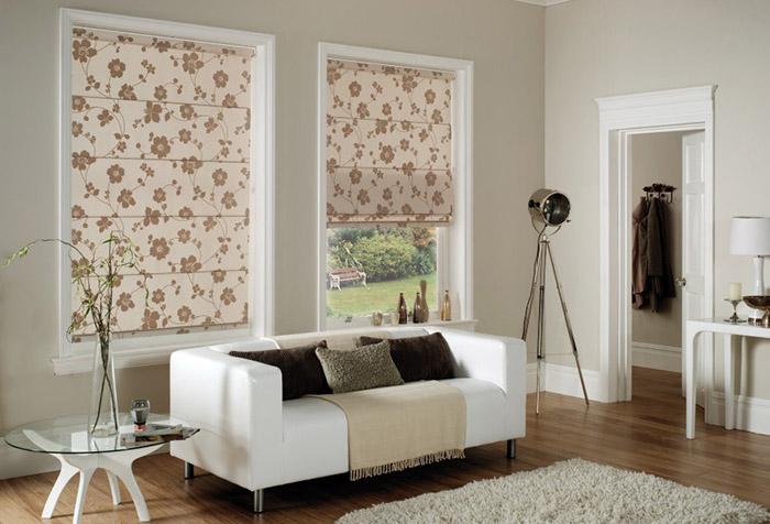Римские шторы по ширине окна в гостиной