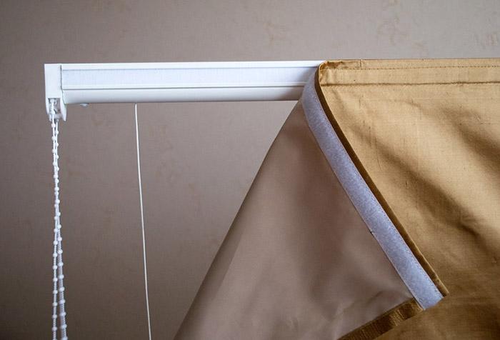 Закрепление полотна римской шторы на карнизе