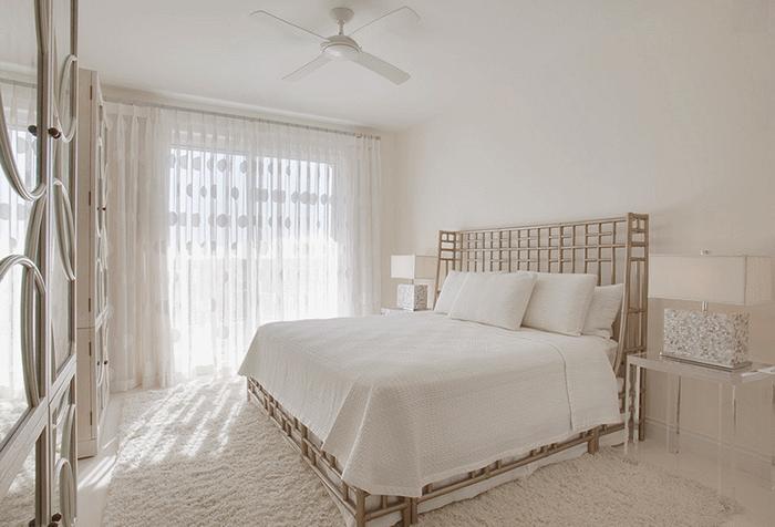 Белая гардина из органзы в спальне