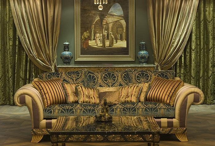 Роскошные шторы и диван в стиле барокко