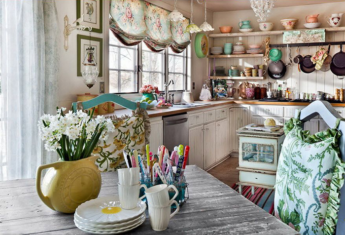 Английская штора в интерьере деревенской кухни