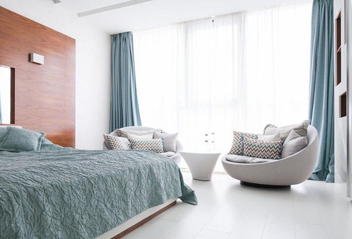 Портьеры холодного оттенка в спальне