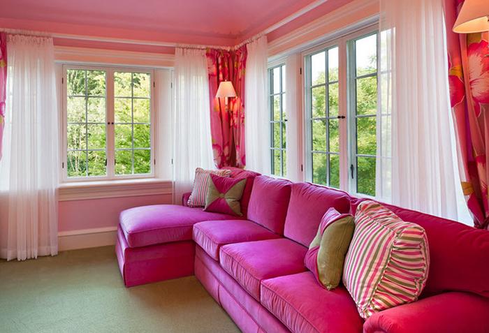 Розовые занавески в гостиной