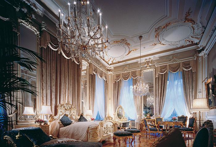 Интерьер в стиле барокко с бежевыми шторами