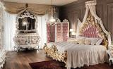 Спальня в стиле барокко с бежевыми шторами