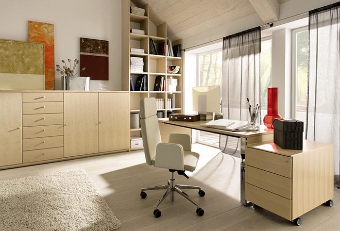 Серые гардины в кабинете творческого человека