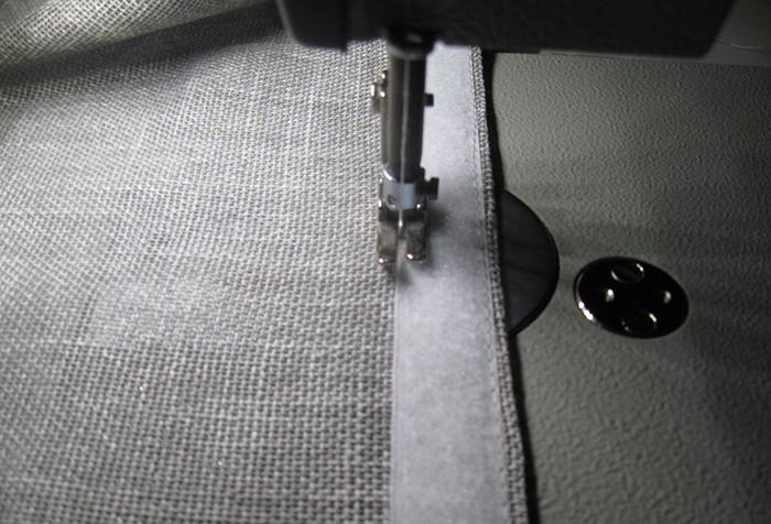 Прикрепление ленты велкро к полотну римской шторы