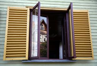 Ставни на окна из дерева и пластика: виды и особенности