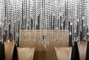Достоинства и недостатки стеклянных штор для душа, балкона или лоджии