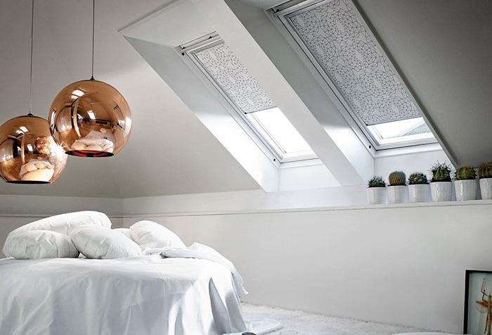 Рулонные шторы в современной спальне