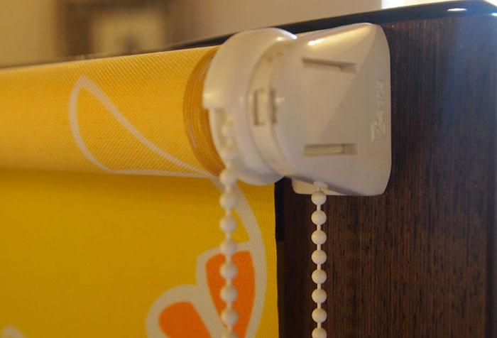 Ярко-желтое полотно рулонной шторы из искусственной ткани