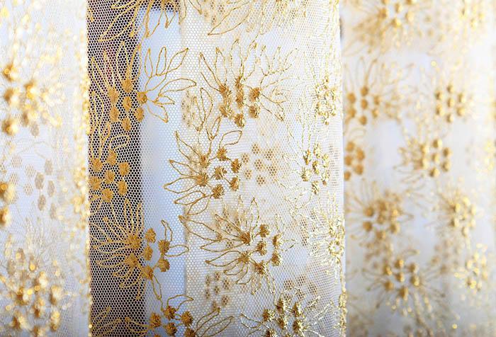 Тюль с золотой вышивкой в классическом стиле