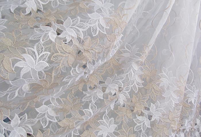 Белый тюль с деликатной вышивкой