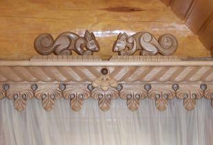 Виды и преимущества карнизов для штор, выполненных из дерева
