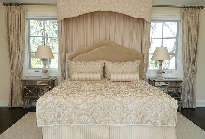 Балдахин  бандо над кроватью в классическом интерьере