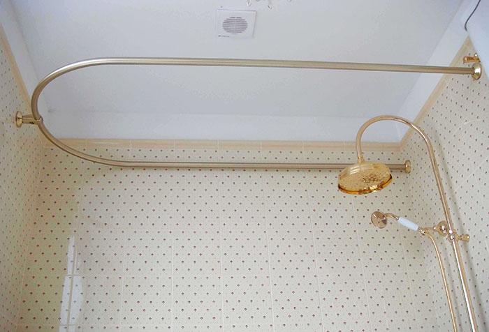 Нестандартный карниз для ванной